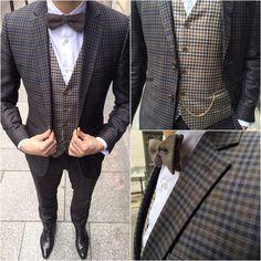 Élémentaire mon cher Watson!  Aujourd'hui un costume qui se serait parfaitement fondu dans le décor de Baker Street : un 3 pièces à petits carreaux très british. La chaîne de montre ajoute une touche de vintage à l'ensemble. On notera aussi le dépareillé très adroit du gilet. Un costume qui aurait à coup sûr ravi le légendaire Sherlock Holmes.. A retrouver chez blandindelloye.com  #costume #surmesure #homme #inspiration #style #blandindelloye #mode #mensuits #fashion #ideas #creation