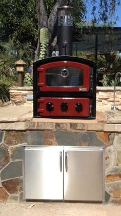 Mounted on this outdoor kitchen the Fornetto pizza oven brings versatility to your outdoor cooking..