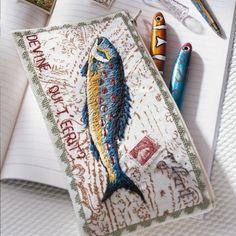 Une trousse brodée d'un poisson / A case embroidered with a fish