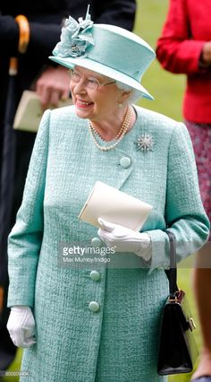 Queen Elizabeth II attends day 4 of Royal Ascot at Ascot Racecourse on June 2017 in Ascot, England. Princess Eugenie, Princess Diana, Rubber Raincoats, Queen Outfit, Prince Phillip, Elisabeth, Royal Ascot, Queen B, Queen Victoria