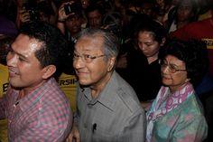 Kehadiran Dr Mahathir di Bersih 4 mengejutkan penganjur, peserta gembira - http://malaysianreview.com/142146/kehadiran-dr-mahathir-di-bersih-4-mengejutkan-penganjur-peserta-gembira/
