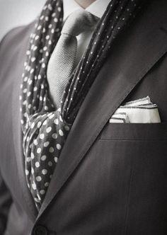 Conseils pour savoir comment porter une écharpe avec costume d'homme, des conseils pratiques pour mettre une écharpe avec un costume.