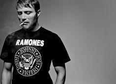 Ooh, Mads Mikkelsen in a Ramones t-shirt, yes! Tilda Swinton, Gillian Anderson, Michael Fassbender, Mads Mikkelsen Young, Mademoiselle De Maupin, Pretty People, Beautiful People, Ramones T Shirt, Ramones Logo