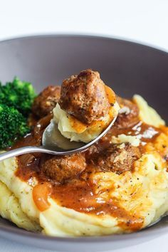 I love fall comfort food! Salisbury Meatballs and Mashed Potatoes is an easy dinner recipe that everyone loves! Easy Comfort Food Recipes, Easy Meat Recipes, Healthy Comfort Food, Fast Recipes, Online Recipes, Dinner Healthy, Meatball Recipes, Ground Beef Recipes, Healthy Fats