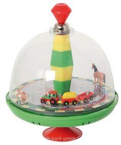 Liebevoll gestalteter Brummkreisel Bauernhof mit Sound für kleine Hände aus dem Hause Bartl SpielwarenDreht man den Kreisel, fährt der Traktor im Kreis herum, die Tiere bewegen sich und man hört realistische Bauernhofgeräusche. Das...