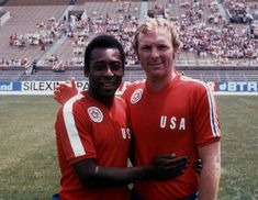 Pelé and Bobby Moore reunited in the North American Soccer League in 1976 Football Icon, Retro Football, World Football, Vintage Football, Football Jerseys, Bobby Moore, England Football Players, North American Soccer League, Sport Icon