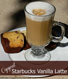 Copycat Starbucks Vanilla Latte - I have a very nice Vanilla to use :D Starbucks Vanilla Latte, Skinny Vanilla Latte, Starbucks Caramel, Starbucks Recipes, Starbucks Coffee, Starbucks Drinks, Ninja Coffee Bar Recipes, Coffee Drink Recipes, Brunch