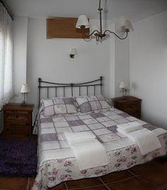 Amplia habitación con cama de matrimonio dotadas de mobiliario y lencería de alta calidad www.elballito.com