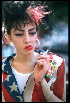 Philly punk scene, Photo by Pier Nicola D'Amico. Punk was very popular during the People often dyed their hair bright colors and styled it in very crazy ways. Punk Mode, Estilo Pin Up, Riot Grrrl, New Romantics, Haha, Boy Hairstyles, 80s Fashion, People, Anarchy