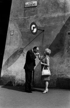 A Kiss Is (More Than) Just a Kiss: Elliott Erwitt's Portraits of Intimacy - LightBox