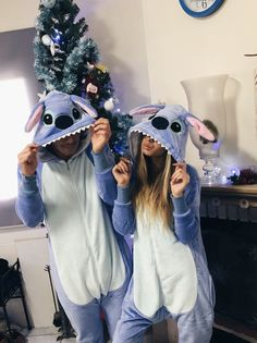 Hermosos💕 Cute Couples Costumes, Cute Group Halloween Costumes, Couples Halloween, Family Costumes, Halloween Kostüm, Halloween Outfits, Couples Onesies, Lilo And Stitch Costume, Halloween Parejas
