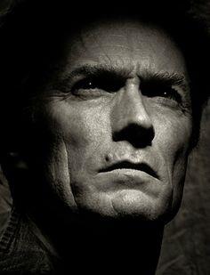 Foto de Clint Eastwood por Albert Watson utilizando luz direta vinda de cima expressando tom de suspense.