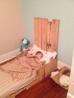 5 Simple DIY Pallet Toddler Beds   101 Pallets