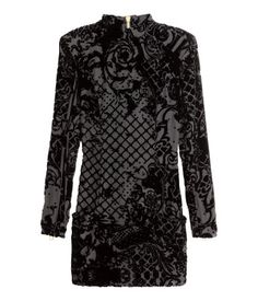 BALMAIN x H&M/PREMIUM QUALITY. Short, fitted dress in patterned velvet georgette made from a silk blend with a stand-up collar, front pockets, a sturdy gold-coloured zip at the back, shoulder pads and long sleeves with zips at the cuffs. Silk georgette lining.