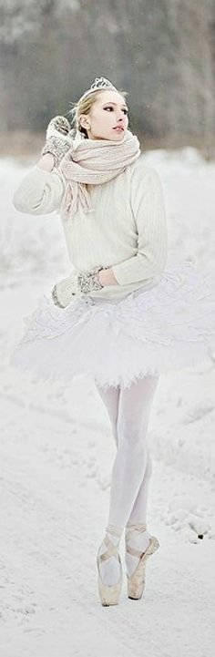 ballerina in snow - while its beautiful there goes a good pair of pointe shoes. Ballet Poses, Ballet Dancers, Dance Photos, Dance Pictures, Ballet Photography, Winter Photography, New York To Paris, Grace Beauty, Ballerina Dancing