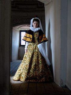 "lamus-dworski: ""Dress inspired by portraits of the Lubomirski family, century, Poland. Reconstruction by Nomina Rosae. 17th Century Fashion, 16th Century, Renaissance Clothing, Historical Clothing, Historical Dress, Historical Photos, Elizabethan Clothing, Polish Clothing, Peacock Dress"