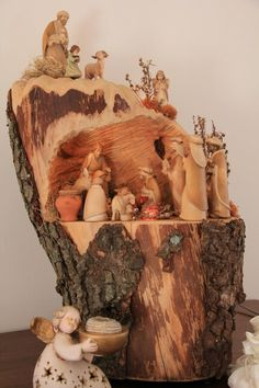 Use of a log for the stable. Christmas Manger, Christmas Nativity Scene, Christmas Wood, Christmas Crafts, Nativity Scenes, Winter Christmas, Nativity Ornaments, Nativity Crafts, Xmas Ornaments