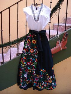 Love the splash of colour with the plain black and white. Mexican Style Dresses, Mexican Outfit, Mode Outfits, Skirt Outfits, Modest Dresses, Pretty Dresses, Artisanats Denim, Mexican Fashion, Looks Chic
