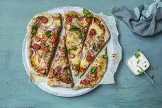 Pizza med skinke og ost er fast middag i helgen for mange. Prøv vår gode og enkle variant med tynn, halvgrov pizzabunn og hjemmelaget tomatsaus.