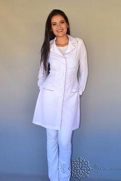 Kit Jaleco Feminino Bordado + Touca De Amarrar Oncinha Rosa - R$ 144,65 em Mercado Livre Lab Coats, Medical Scrubs, Professional Look, Rain Wear, Western Wear, Work Wear, Ideias Fashion, Overalls, Blazer