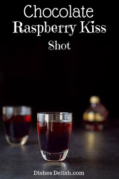 This chocolate raspberry kiss shot only has two ingredients and is so delicious you will have to watch out since it goes down smoothly!  #kahlua #chambord #shot #dishesdelish via @dishesdelish Liquor Drinks, Dessert Drinks, Non Alcoholic Drinks, Yummy Drinks, Beverages, Cocktail Shots, Cocktail Recipes, Shot Recipes, Oven Recipes