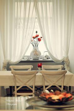 Der Blick zum Fenster im Frühstücksraum. Geblickt und fotografiert hat Elisabeta Mirion. Curtains, Home Decor, Window, Homes, Blinds, Interior Design, Draping, Home Interior Design, Window Scarf