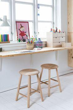 modern kid desk area, modern kid activity table, built in desk in minimalist kid room, modern playroom design, scandinav Modern Kids Desks, Modern Playroom, Desks For Small Spaces, Modern Room, Modern Table, Kid Spaces, Bonus Room Design, Kids Room Design, Playroom Design