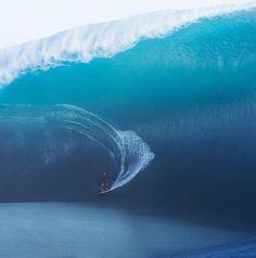 Havaiana surfa onda gigante em dia assustador em Teahupoo, no Taiti #globoesporte