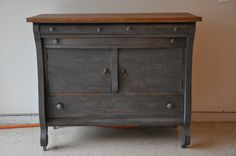 Love the shape of this dresser and the combination of dark grey with dark wax. Splendid!