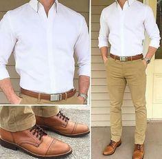 Camisa blanca pantalón caqui outfit style moda męska, moda męska y strój. Business Casual Men, Men Casual, Casual Wedding Attire For Men, Casual Groomsmen Attire, Smart Casual, Shirt Collar Styles, Tan Pants, Khaki Pants Outfit, Casual Outfits