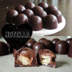 I disse flotte fyldte chokolader gemmer der sig en helt fantastisk overraskelsen i form af blød Nutella og sprøde hasselnødder. Opskriften er dejlig overskuelig at gå til.