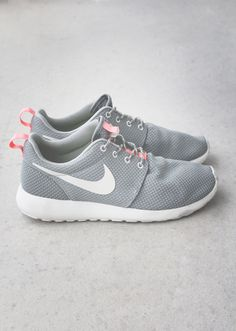 Nike Rosherun in mercury grey/atomic pink.