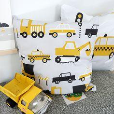 Kussen Voertuigen Graafmachine de grijs en oker is een tweezijdig te gebruiken kussen 40x40cm. De hoes is van katoen, voorzien van rits en dus wasbaar.