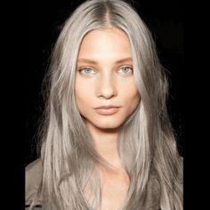 Le SAND HAIR, cheveux gris sablés, la tendance coloration qui affole la toile !
