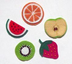 Broches de fieltro con forma de frutas. https://www.facebook.com/NiceCase http://nicecase.tumblr.com