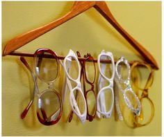 Que idéia ótima! Cabide organizador de óculos!