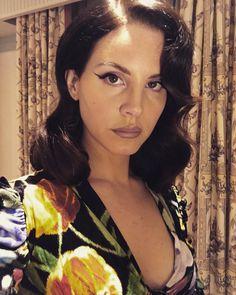 "1 mi curtidas, 11.6 mil comentários - Lana Del Rey (@lanadelrey) no Instagram: ""Thanks MTV for having me Alessandro for my dress. Girlies @annacofone @pammycochrane for lovely…"""