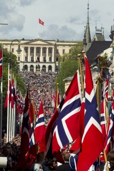 17. mai. Norges Nasjonaldag. Norges lengste barnetog, bestående av 108 Oslo-skoler, marsjerer opp Karl Johans gate og forbi Slottet der kongefamilien vinker fra slottsbalkongen. 17. mai, The Norwegian National Day. The longest children's parade in Norway, consisting of 108 Oslo schools, march up the main street and past the Royal Palace where the royal family wave from the palace balcony.