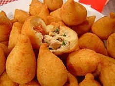 My lil daughter in law is the best cook ever.These are yummy :) now time for netflix :)Receita de Coxinha com massa Mandioca (Brazilian Food) No Salt Recipes, Cooking Recipes, Yummy Snacks, Yummy Food, Brazillian Food, My Favorite Food, Favorite Recipes, Brazilian Dishes, Portuguese Recipes