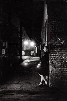 Bert Hardy – Night scene at Elephant & Castle, London, 1949