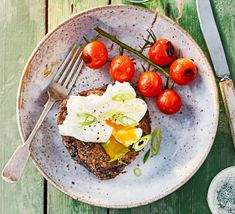 Black bean & barley cakes with poached eggs recipe Bbc Good Food Recipes, Healthy Diet Recipes, Healthy Diet Plans, Healthy Eating, Cooking Recipes, Mongolian Beef Ramen Recipe, Beans And Barley, High Fiber Foods, Brunch Dishes
