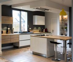 Coup de cœur pour cette cuisine design au style nordique aménagée par les concepteurs-décorateurs Arthur Bonnet d'Angers ! On aime l'alliance des façades blanches en stratifié brillant et des meubles coloris bois, les carreaux de ciment qui délimitent l'espace au sol et subliment les étagères en verre ainsi que la suspension jaune Unfold de Muuto. Kitchen Store, Cuisines Design, Colorful Furniture, Floor Space, Nordic Style, Glass Shelves, Architecture, Muuto, Cement Tiles