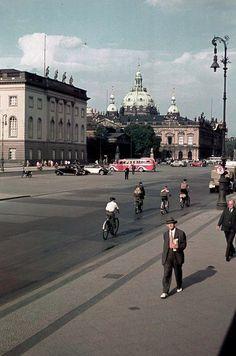 Unter den Linden (1938) vom Opernplatz ausgesehen.