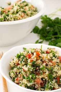 El tabule es una ensalada libanesa muy refrescante y sencilla. Esta versión está hecha con quinoa, así que es apta para celíacos e intolerantes al gluten.