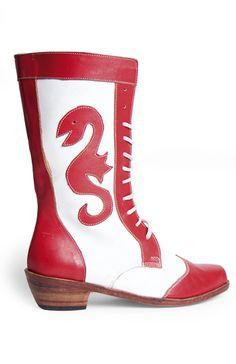 Botas de La Tirana  Hechos por el artesano Ramón Zúñiga son los zapatos que usan para bailar en la fiesta de La Tirana. El modelo más solicitado es la bota para la diablada, hecha en brillante cuero sintético. Cuesta $ 25.000; la versión en cuero original –más duradera–, $ 35.000. Zenteno 1358, Santiago Centro. Cel 8393 6396. www.bernachea.cl. Halloween Makeup, Cowboy Boots, Fashion Shoes, 3, Chile, How To Wear, Models, Handmade Leather, Boots
