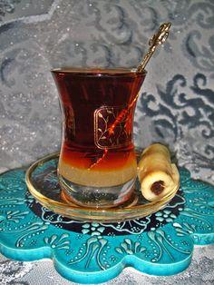 Té iraquí:: Maravillas culinarias de Maryam. Té rojo con aroma de cardamomo,  servido en un istikan (recipiente de cristal en forma de ocho),  y con un Kleicha (dulce típico).