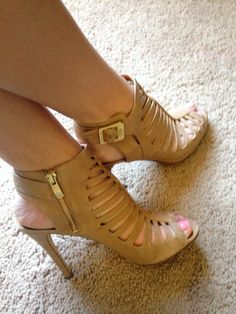 Vince Camuto shoes. Very comfortable.