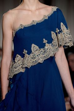 only pinning to make a point: example of too-literal design interpretation (of sari) -- Marchesa spring 2013 Couture Details, Fashion Details, Runway Fashion, High Fashion, Formal Fashion, Women's Fashion, Look Short, Marchesa Spring, Color Azul