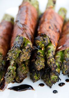grilled prosciutto-wrapped asparagus - -substitute green bean bundles instead I Love Food, Good Food, Yummy Food, Wrap Recipes, Side Recipes, Prosciutto Wrapped Asparagus, Asparagus Spears, Cooking Recipes, Healthy Recipes
