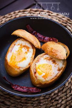 Bread nests with eggs, cheese and ham. 30 Minute Meals, Ham And Cheese, Chili, Foodies, Grilling, Bacon, Good Food, Food And Drink, Gourmet